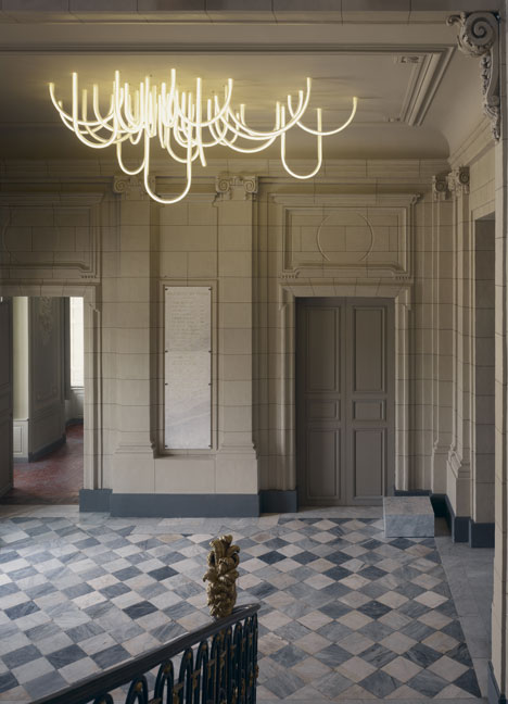 dezeen_Les-Cordes-chandelier-by-Mathieu-Lehanneur-for-Chateau-Borely_2