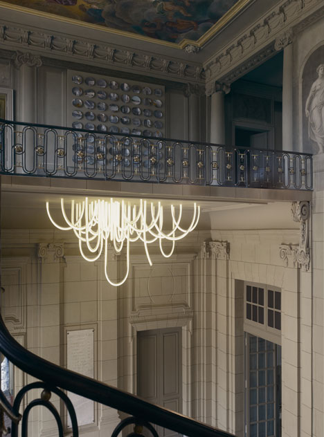 dezeen_Les-Cordes-chandelier-by-Mathieu-Lehanneur-for-Chateau-Borely_4